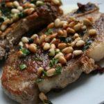 свински пържоли с кедрови ядки