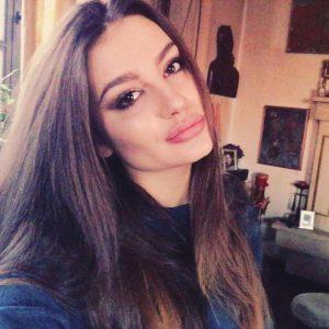 Някои дори я сравняват с Анджелина Джоли заради пухкавите устни