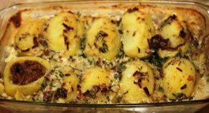 Тази рецепта за пълнени картофи с кайма е една от най-любимите ни за вечеря