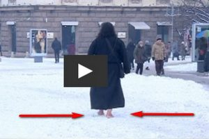 Монах идет босиком по снегу, молодежь бг бежит голой на морозе (видео) - топ-новости - текущие новости