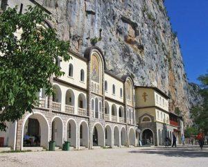 Манастира Острог в Черна гора лекува