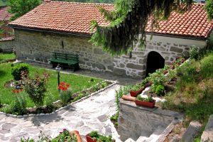 """Лековития извор се намира в двора на църквата """"Св."""