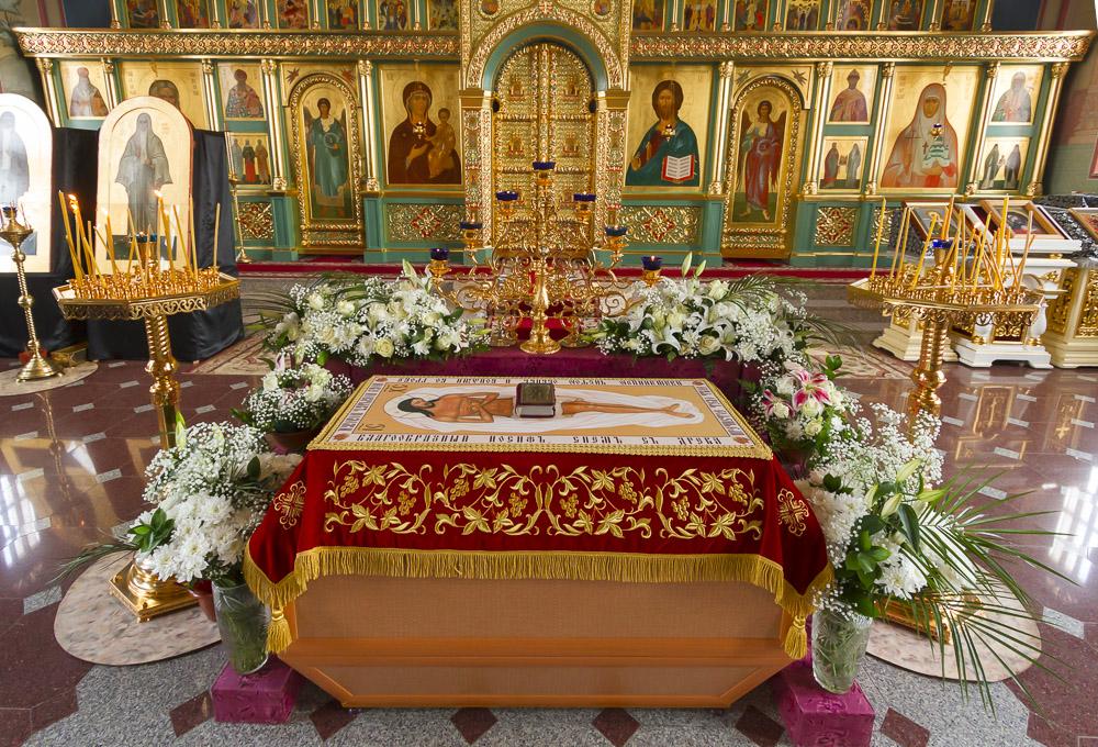 Разпети петък - Светата плащеница е изнесена в храма, за да бъде извършено опело на Иисус Христос