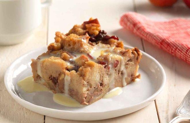 ябълков пудинг с орехи и стафиди