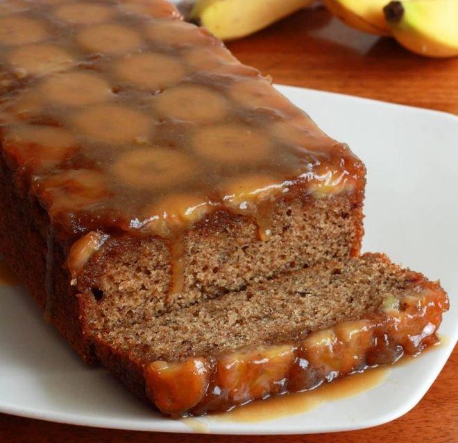 сладкиш с карамел и банани