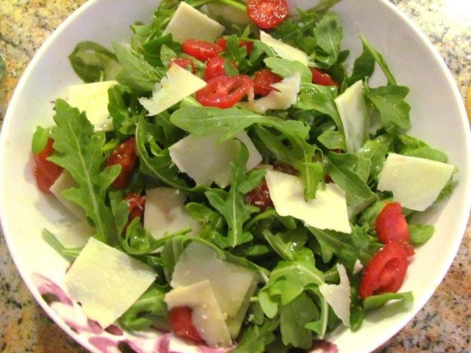 салата с рукола и домати