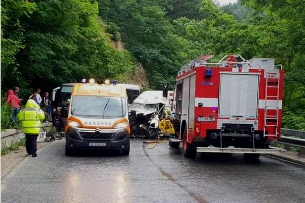 катастрофа между микробус и автобус