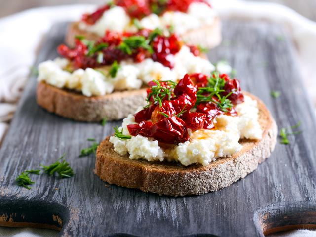 брускети с извара и сушени домати