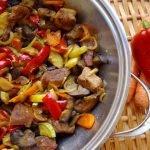 месо със зеленчуци на котлон