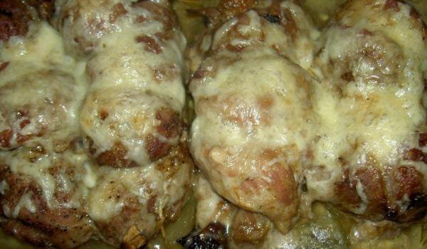 свински руладини с плънка от кисели краставички, топено сирене и шунка