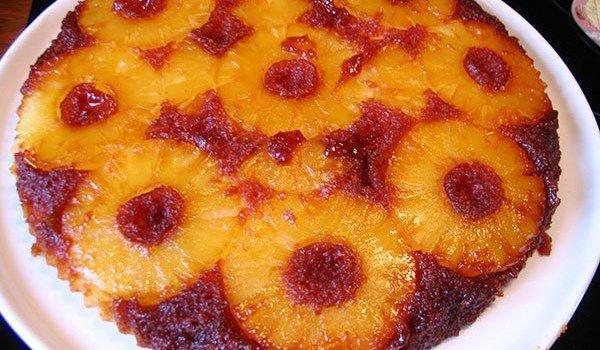 обърнат сладкиш с ананас