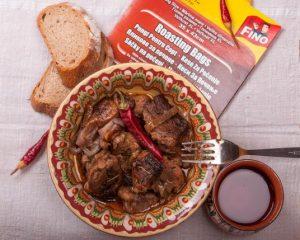 свински кебап с лук в плик за печене