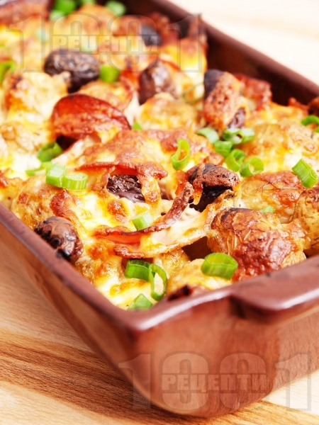 картофи със сирене, маслини, кашкавал и колбас на фурна