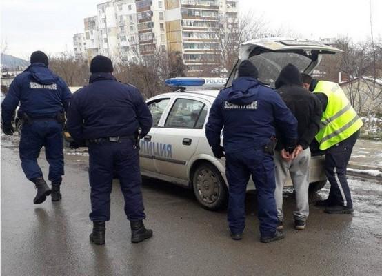 водач нарушител удари полицай