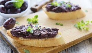 пастет от маслини, лук и крема сирене