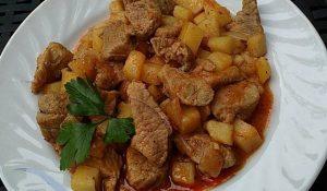 свинско месо с картофи и лук