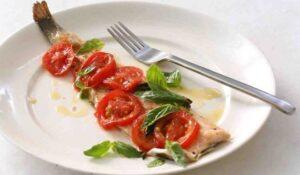 пъстърва с домати и босилек