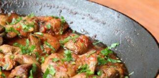 пилешко с лук и пикантен сос